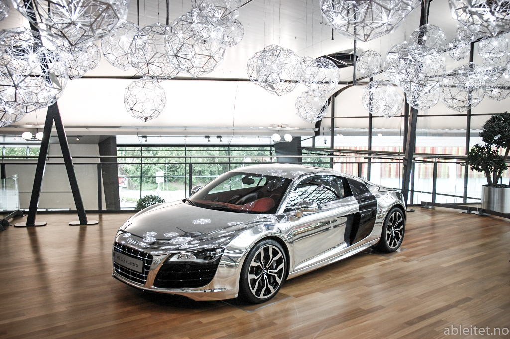 Audi R8 5.2 V10 in chrome wrapping